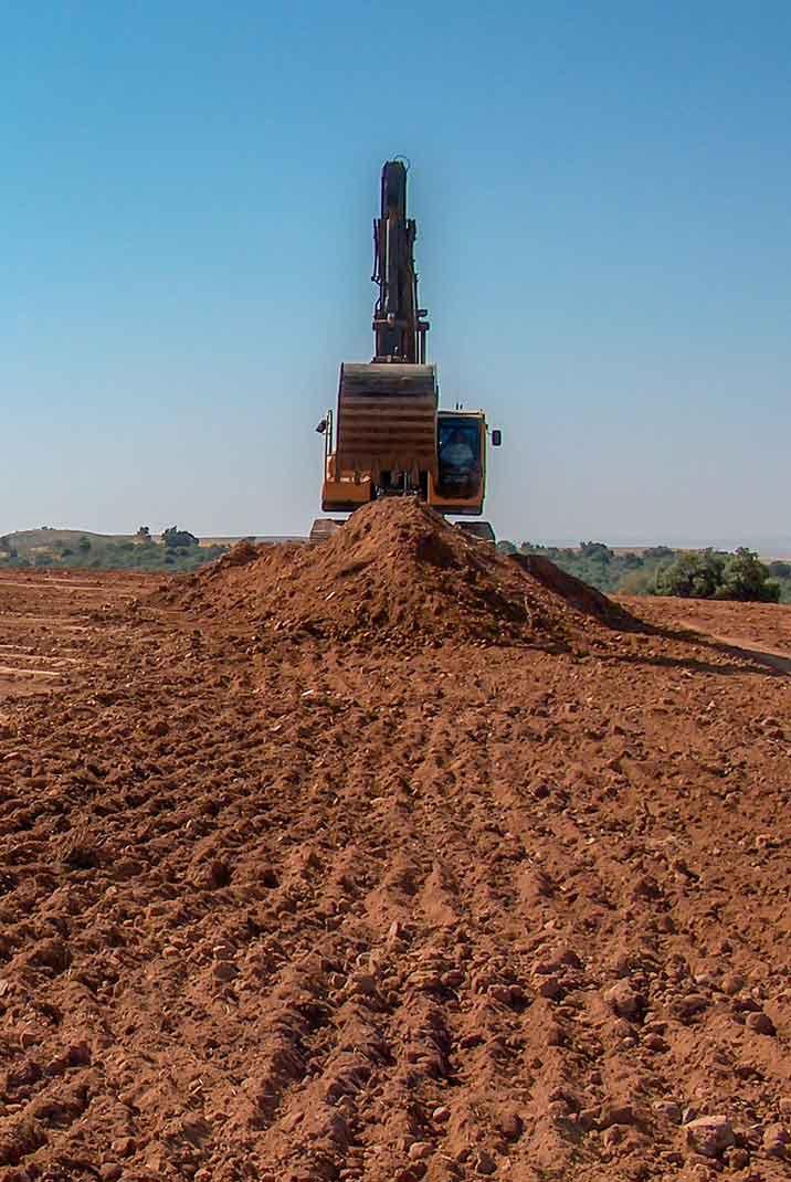 Desbroce terreno con excavadora cadenas