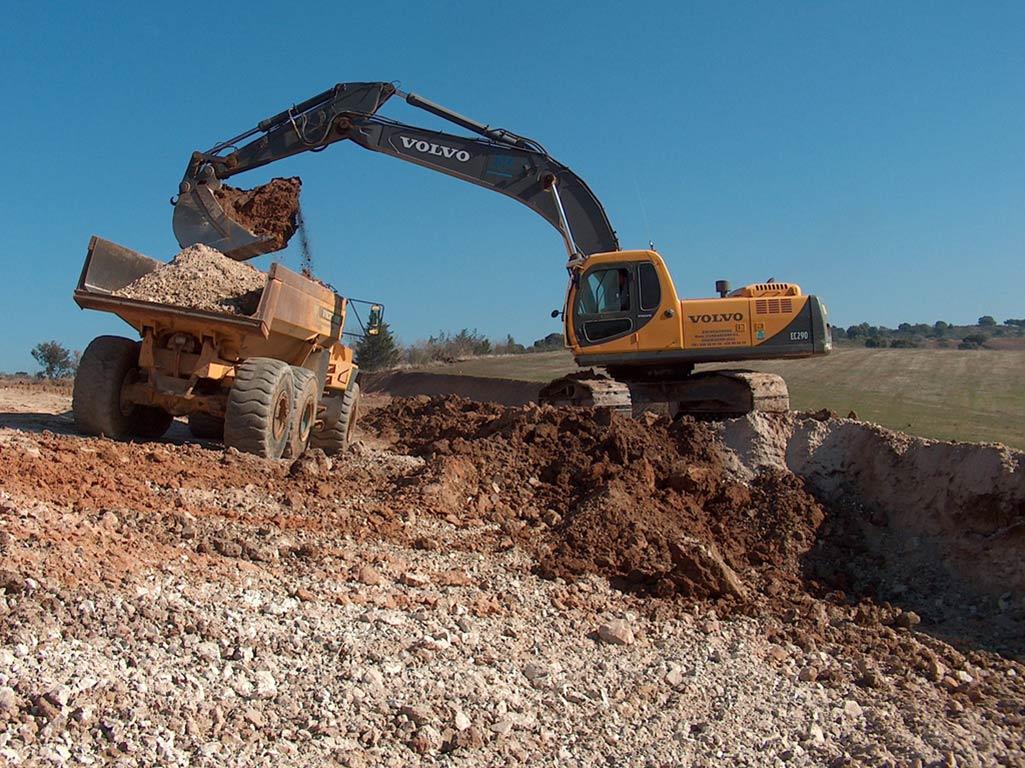 Excavadora cargando dúmper
